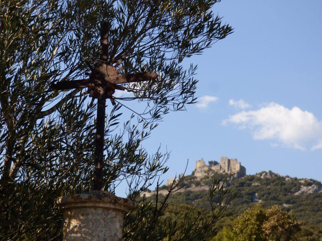 Croix de Saint-Mathieu-de-Tréviers avec vue sur le Château de Montferrand