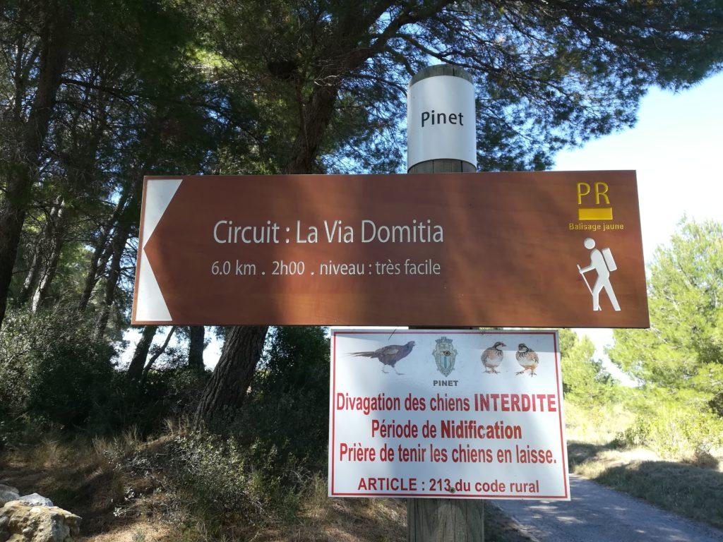 Panneau indiquant le départ de la randonnée Circuit La Via Domitia