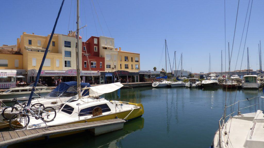 bateaux et habitations sur le port du Cap d'Agde lors du Vinocap 2019