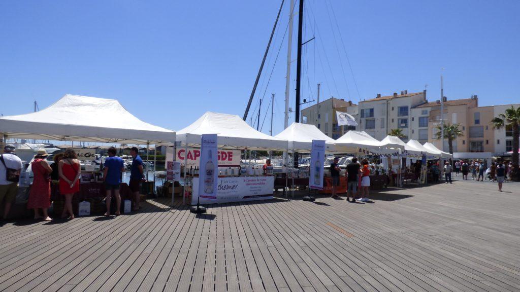 Stands des vignerons locaux sur les quais du port du Cap d'Agde lors du Vinocap