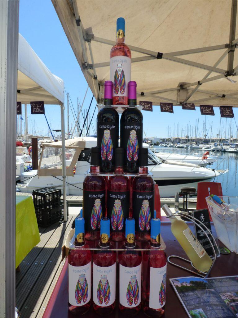 Pyramides de bouteilles de vin lors du Vinocap 2019 au Cap d'Agde