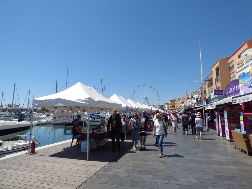 Personnes se promenant sur les quais du port du Cap d'Agde pendant le Vinocap 2019