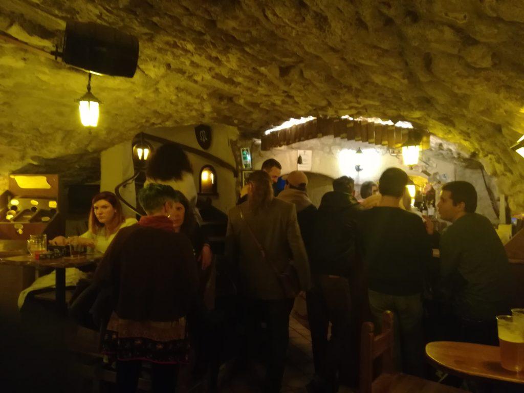Vue du bar l'Antre de l'échoppe à Narbonne en arrivant depuis les escaliers