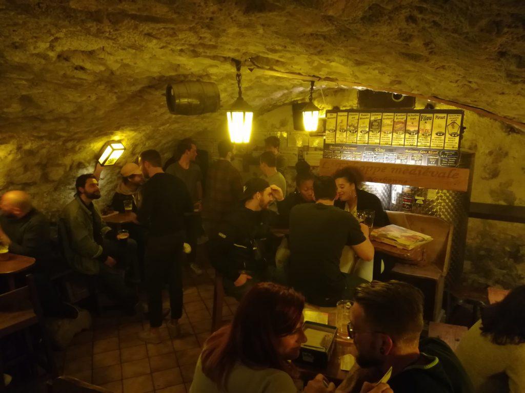 Vue sur la première salle du bar l'Antre de l'échoppe à Narbonne, avec les brassins de bières