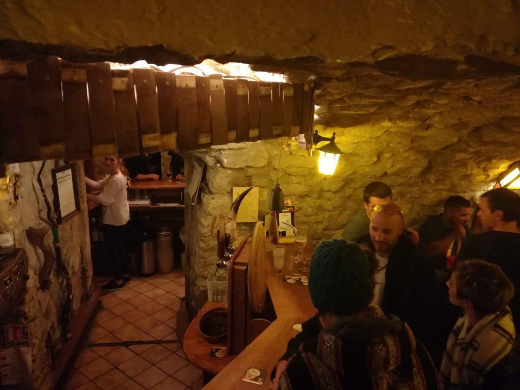 Vue sur le premier bar de l'Antre de l'échoppe médiévale à Narbonne