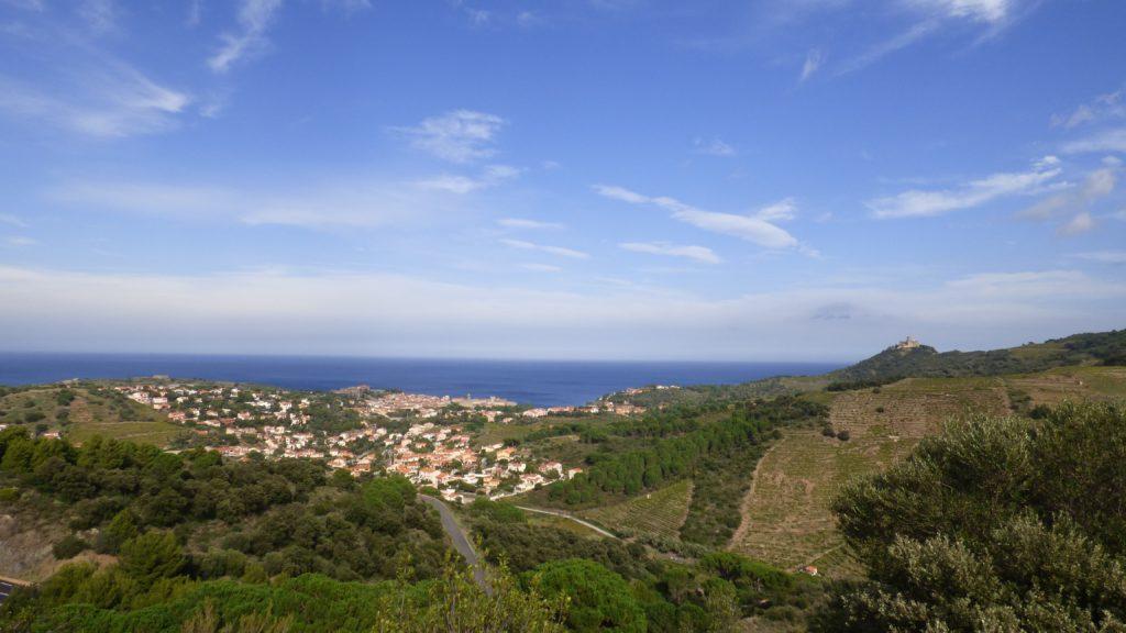 Vue sur le village de Collioure depuis les hauteurs