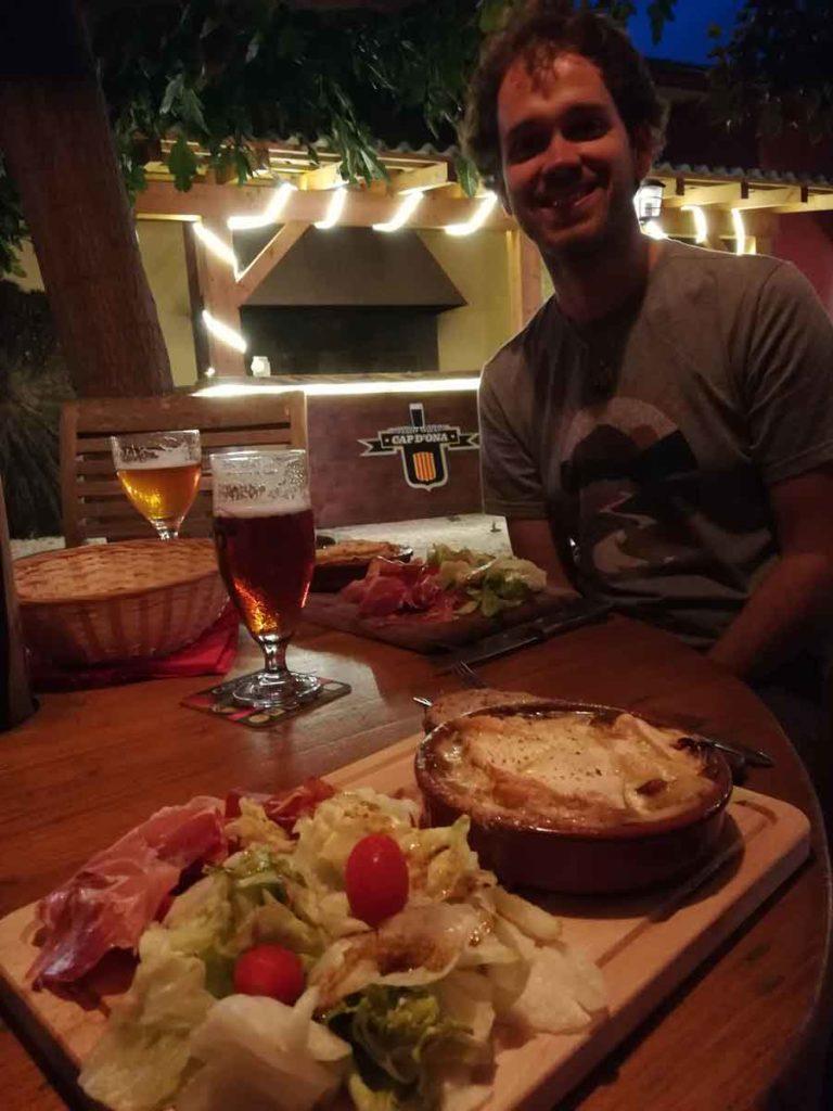 Stéph à table à la Casa Cap d'Ona